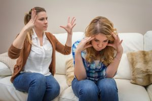 mère adolescente découragée